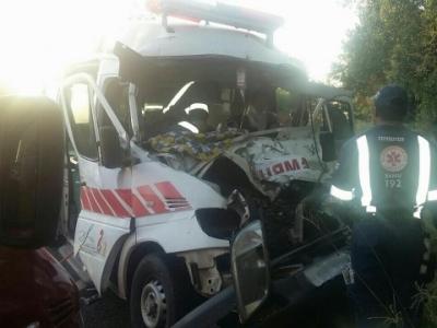 Ambulância atingiu a traseira de um caminhão. Fotos: Divulgação/PRF